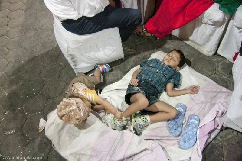 Непальские дети спят на свадьбе