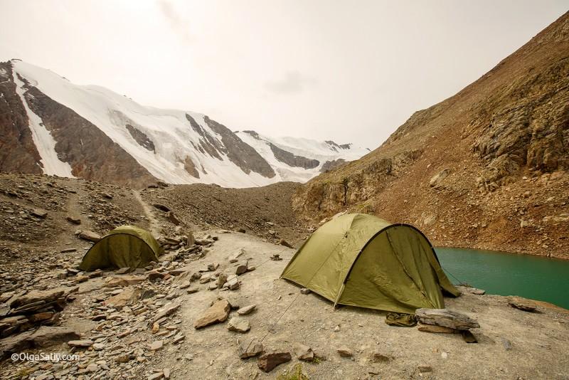 Палатки возле голубого озера Актру