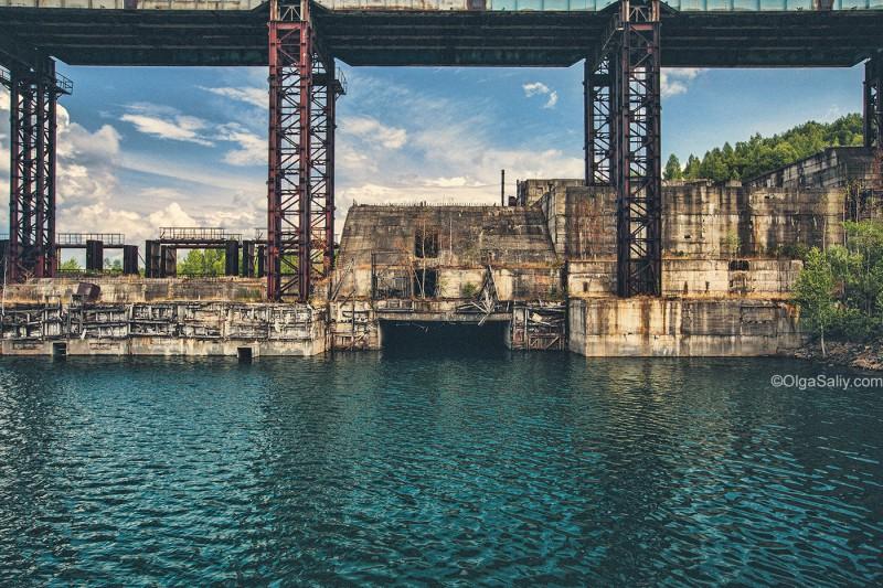 Вид на заброшенную ГЭС возле Кемерово