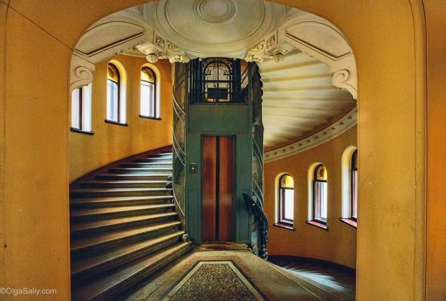 Старинный лифт в парадной Питера