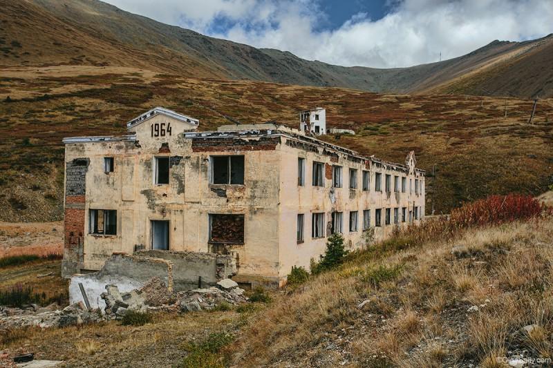 Заброшенное здание у рудника, путешествие по Алтаю