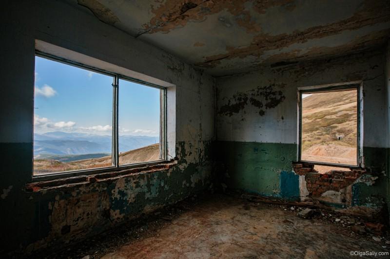 Заброшенное здание, путешествие по Алтаю
