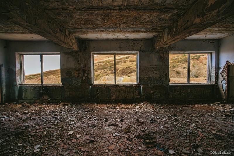 Окна в заброшенном здании Алтай