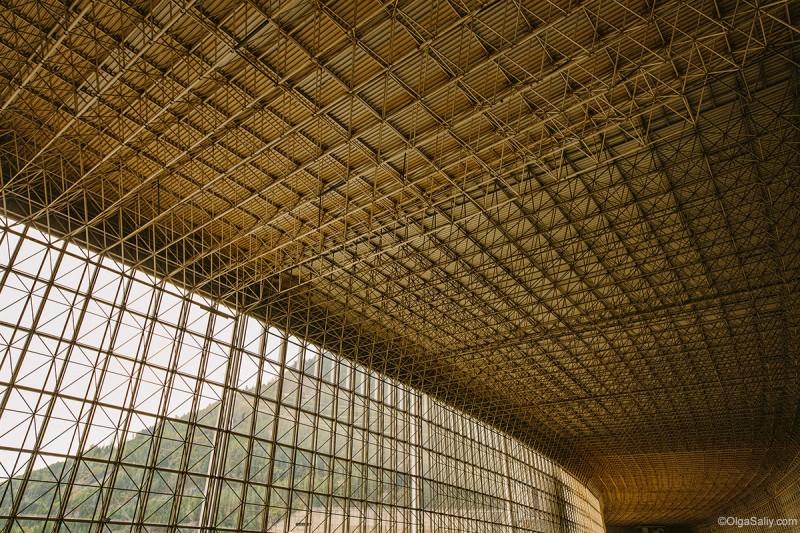 Абстрактная конструкция - потолок на Саяно-шушенской
