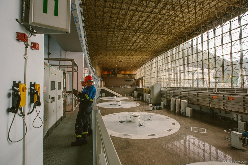 Саяно-Шушенская ГЭС рабочие внутри здания