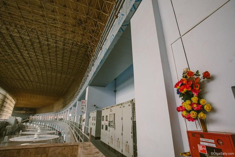 Саяно-Шушенская ГЭС цветы погибшим в аварии