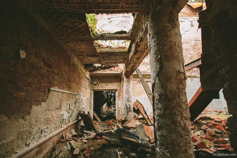 Колонны заброшенного санатория