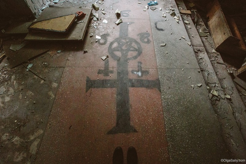 Сатанинский алтарь в заброшенном здании