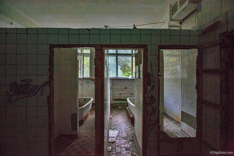 Ванные комнаты в заброшенном санатории