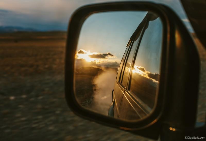отражение в зеркале заднего вида авто. Закат