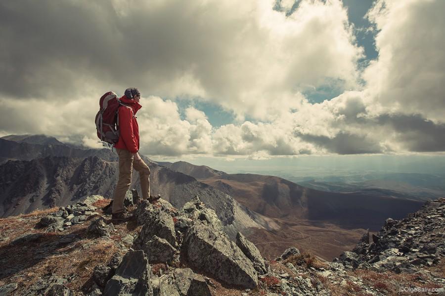 Турист на вершине скалы