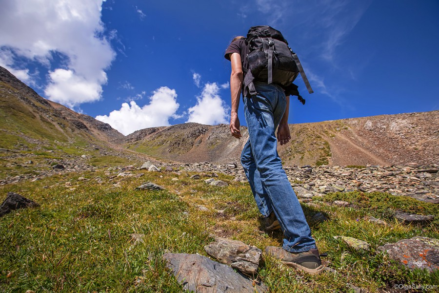 Турист идет в горы