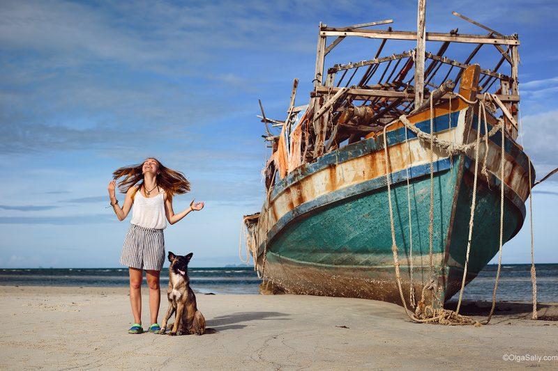 Пляж Самуи Натон. Девушка, собака и лодка