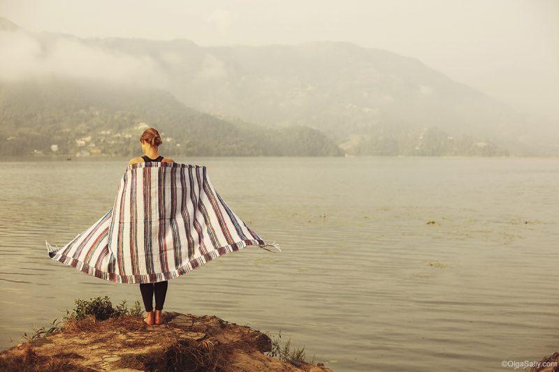 Девушка на озере Фева, непальские пледы