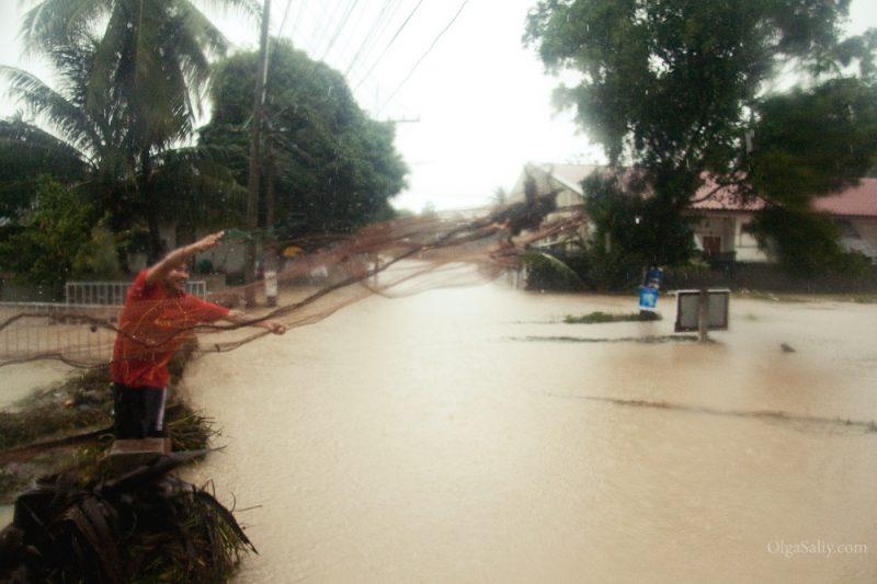 Тайцы ловят рыбу во время наводнения