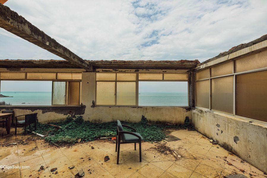 Фото заброшенного отеля на берегу моря