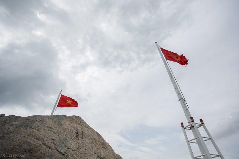 Флаги на военной базе Минг-Дарм возле ВунгТау (16)