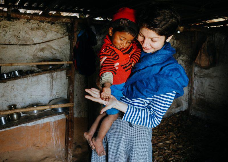 Волонтеры в Непале с детьми