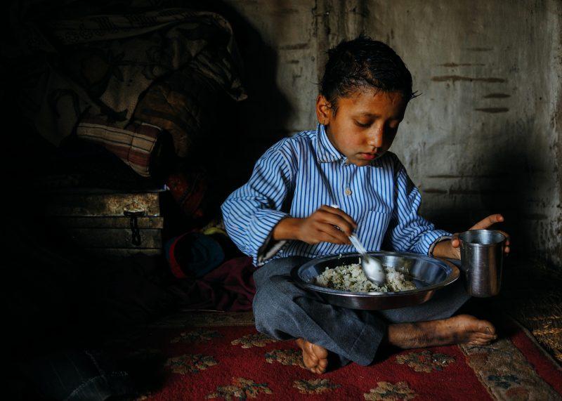 Непальский мальчик кушает