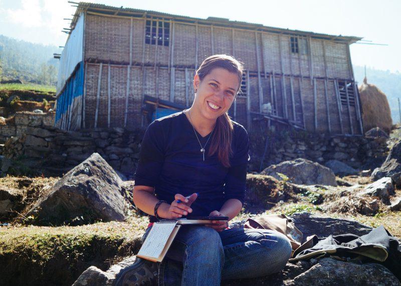 Девушка волонтёр в Непале