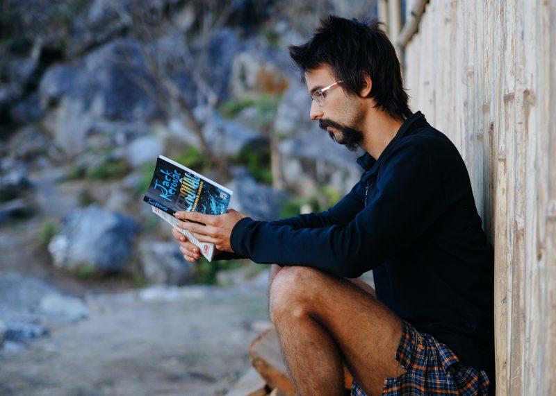 Мужчина волонтер читает книгу