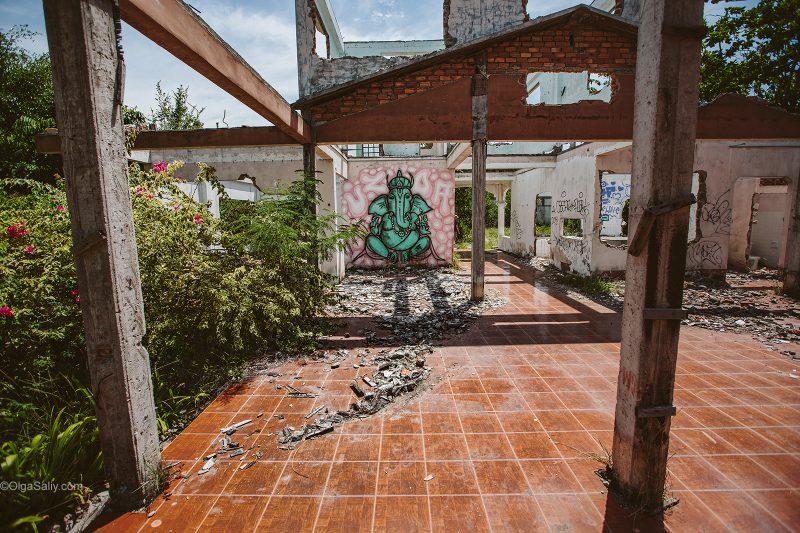 Граффити Ганеша в заброшенном резорте Таиланда