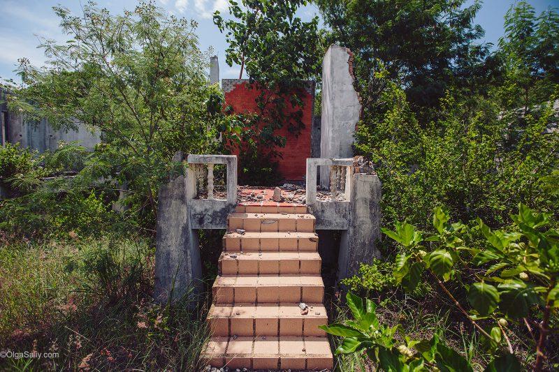 Лестница в заброшенное здание в тропиках