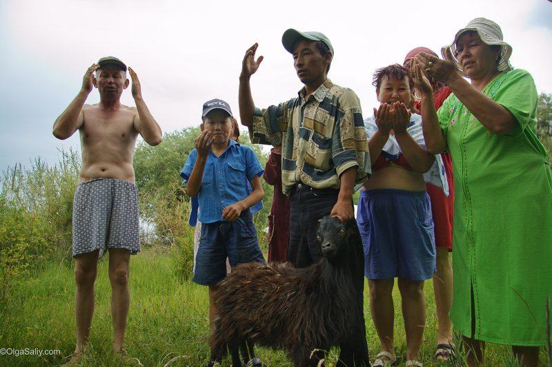 Киргизы режут барана