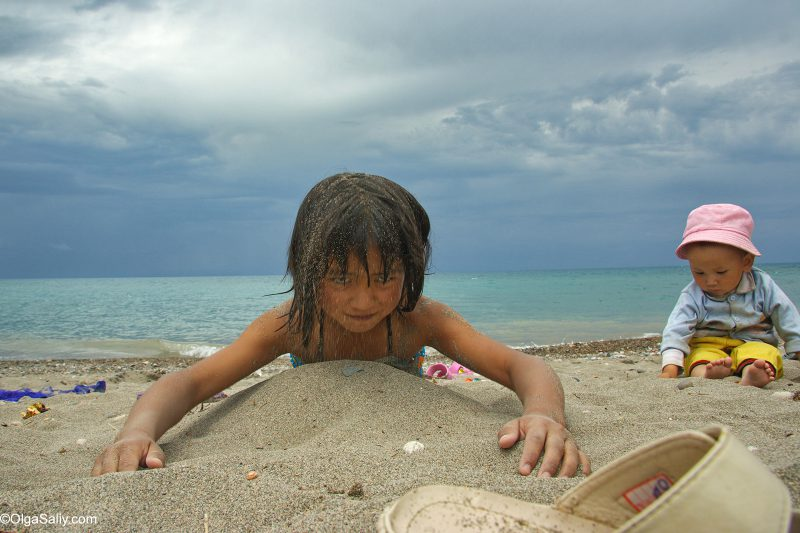 Девочка на берегу Иссык-Куля