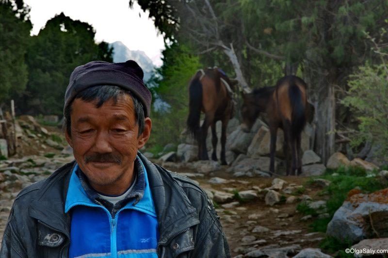 Киргизский чабан в горах