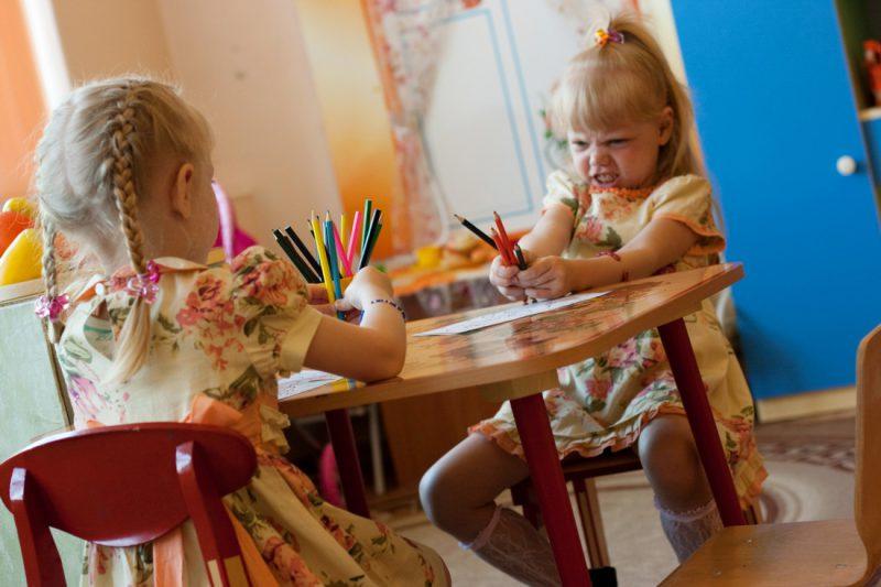 Девочки в детском саду рисуют