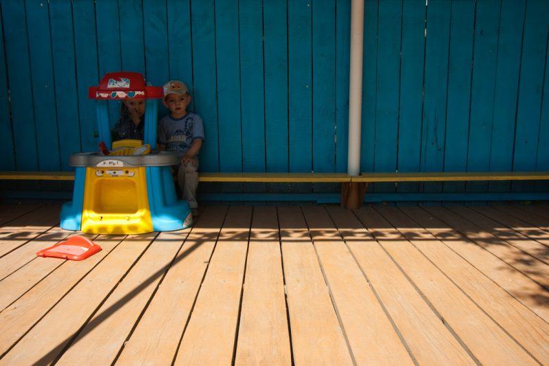 Девочка и мальчик на веранде в садике