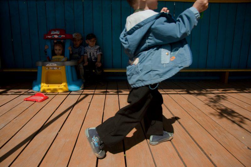 Дети в детском саду на прогулке