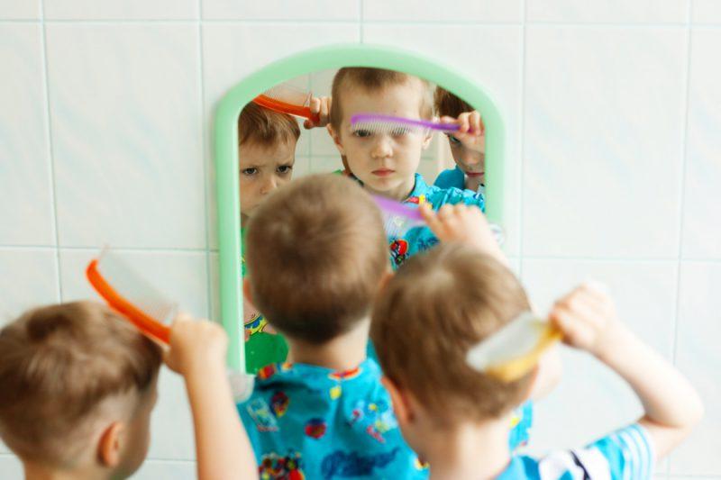 Мальчики причесываются в детском саду перед сончасом