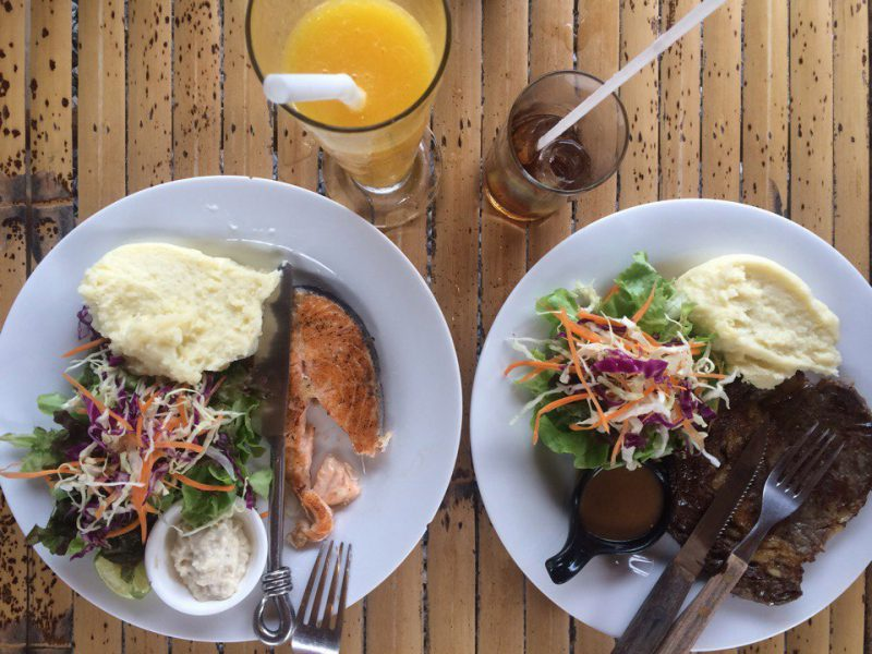 Жареная рыба и стейк. Кафе Jano Самуи