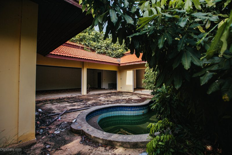 Заброшенный отель с бассейном в Таиланде