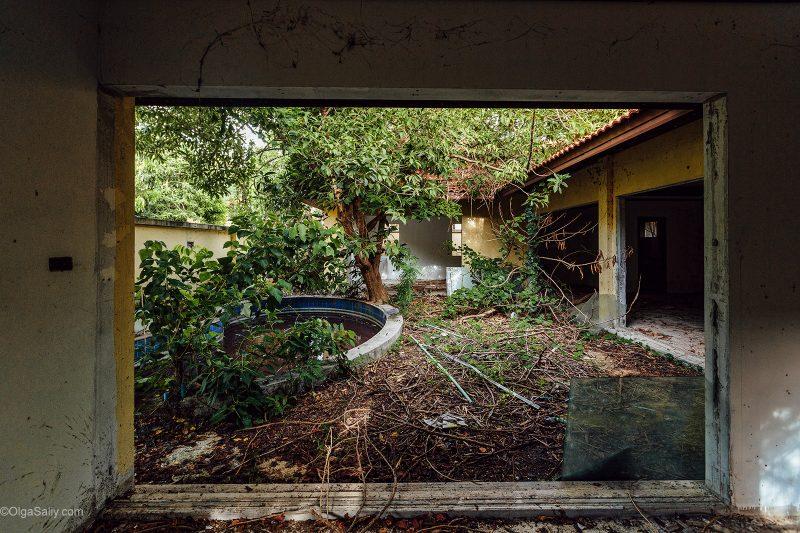 Вид из окна заброшенной виллы на бассейн