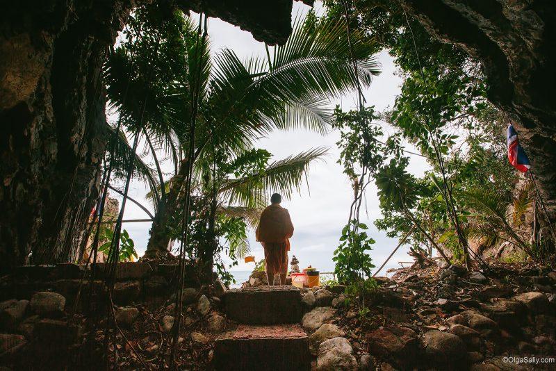 Буддийский монах живёт в пещере