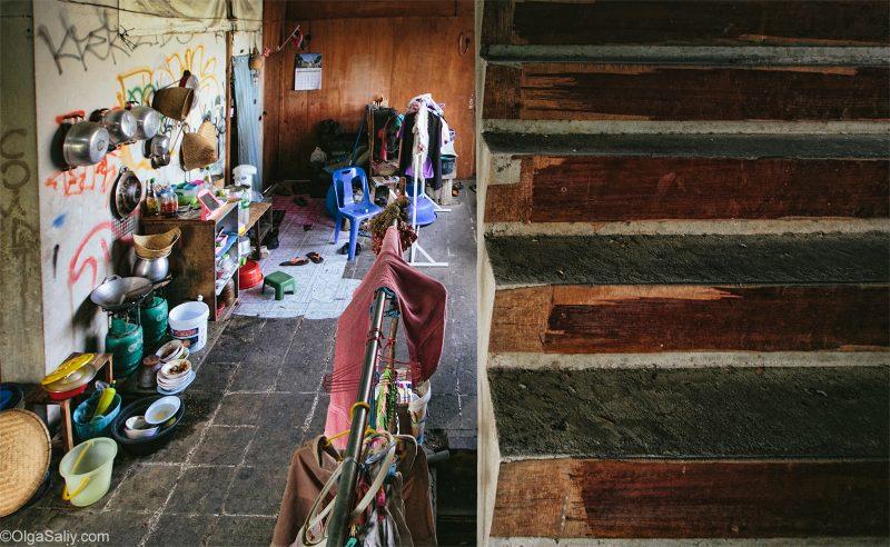 Лестница в заброшенном жилом доме Таиланда
