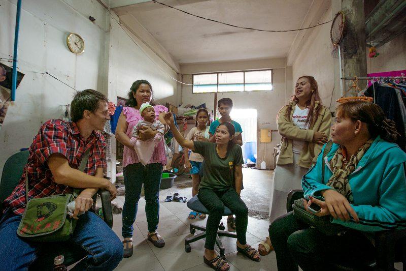 Семьи работников Сай Тай Май в Бангкоке