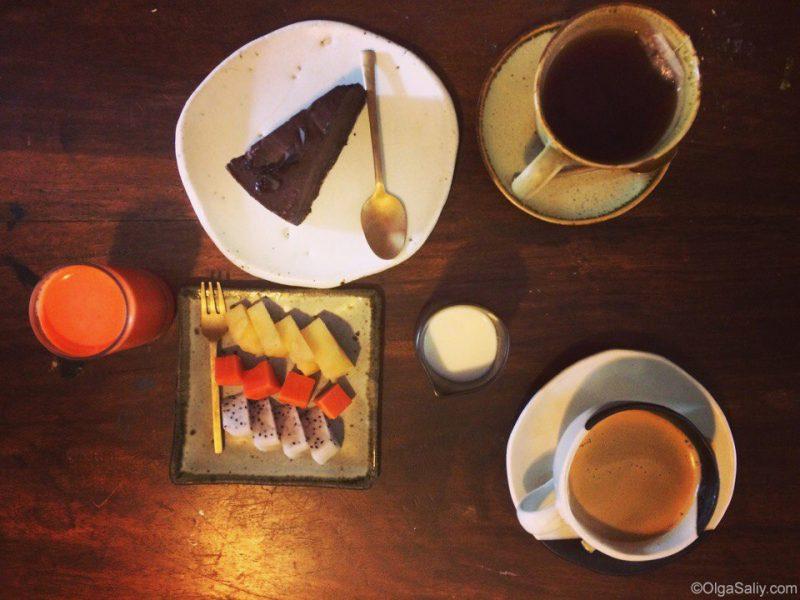 Сыроедческий шоколадный чизкейк в арт кафе на Самуи