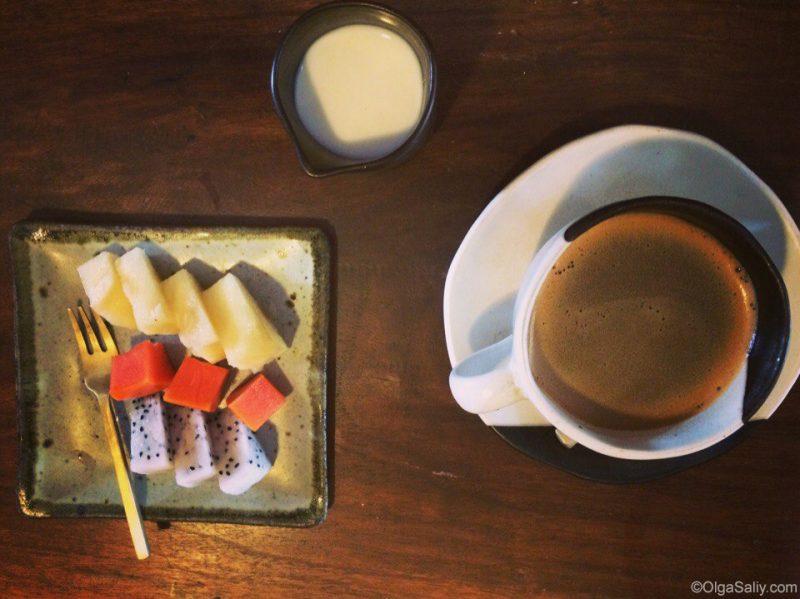 Фрукты и кофе на завтрак в арт кафе Самуи