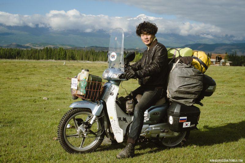 Кореец, путешествующий на байке по Алтаю