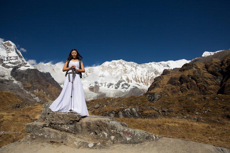 Невеста в свадебном платье на фоне Аннапурны, Гималаи, Непал