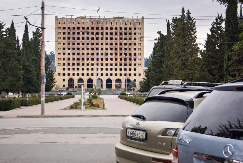 Заброшенное здание парламента Сухуми