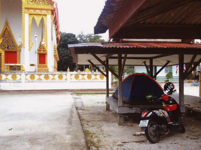Палатка в Малайзии возле храма