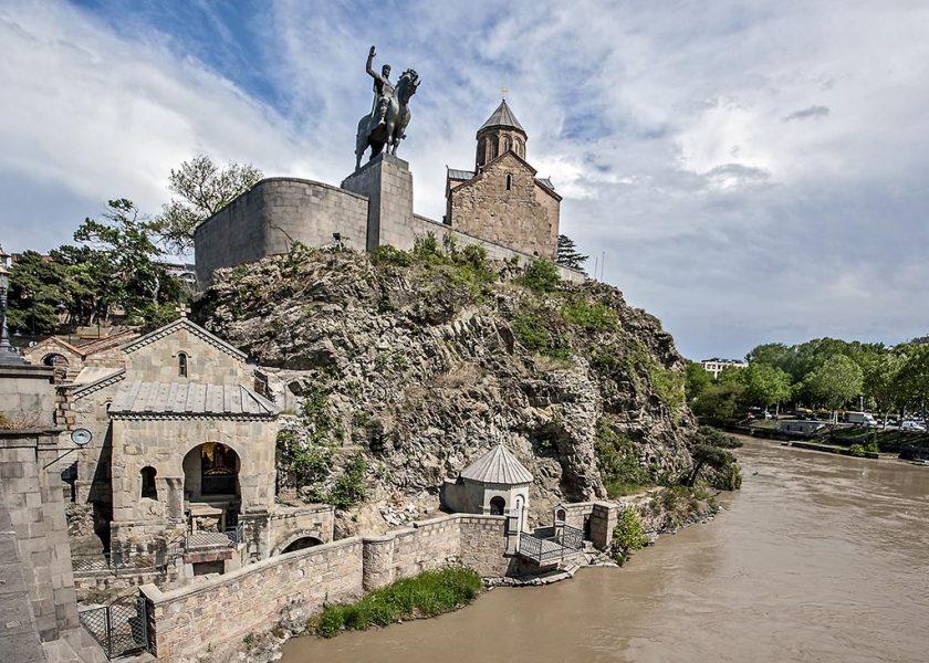 Метехский храм Божьей Матери и памятник Царя Вахтанга на коне