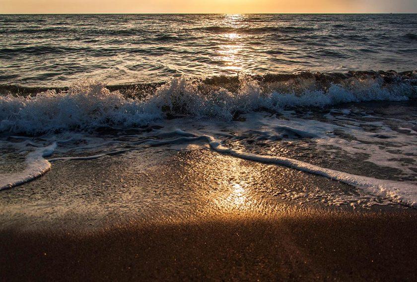 Закат на пляже в Уреки