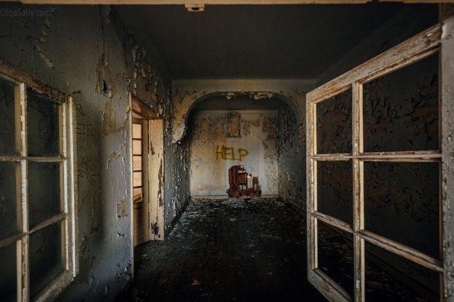 Открытое окно в заброшенном здании