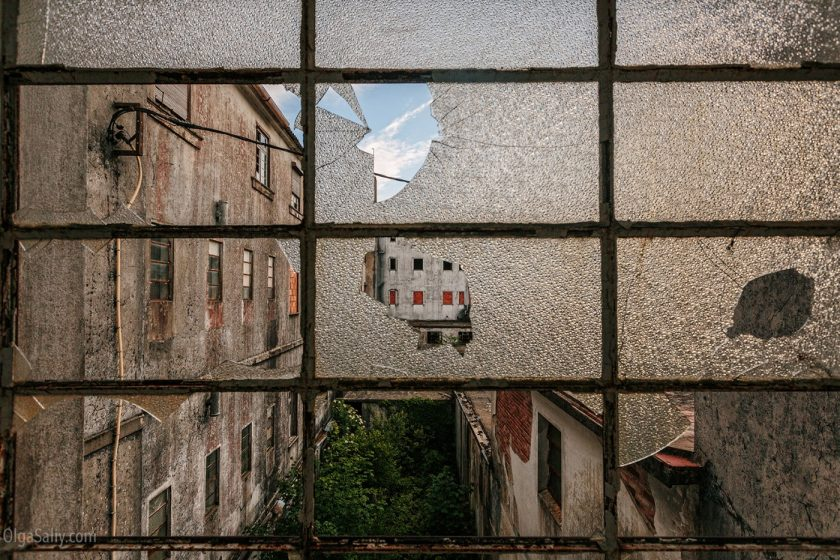 Заброшенная фабрика через разбитое окно